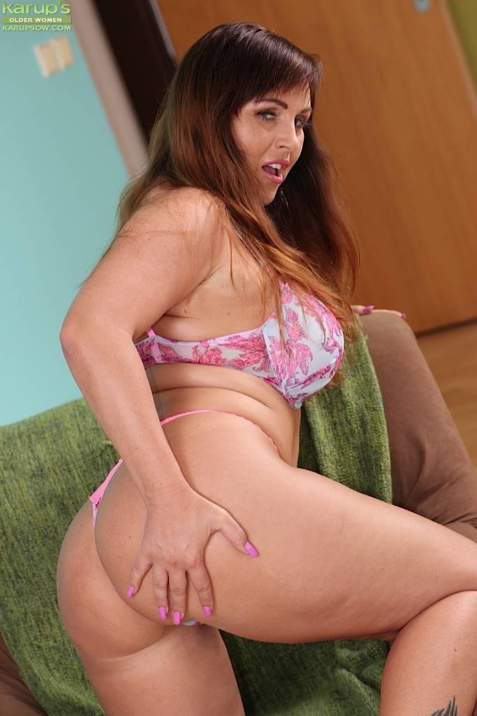 Curvy Busty Milf Sabina Fingering Her Wet Box At Karupsow