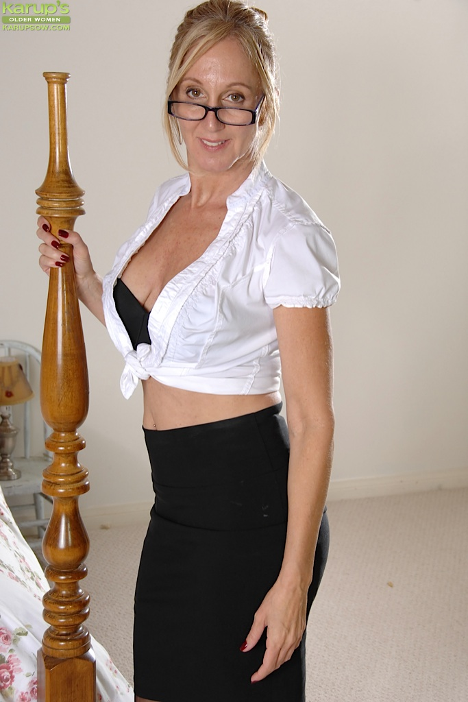 Busty Older Mature Jenna Covelli Strips After Work At Karupsow