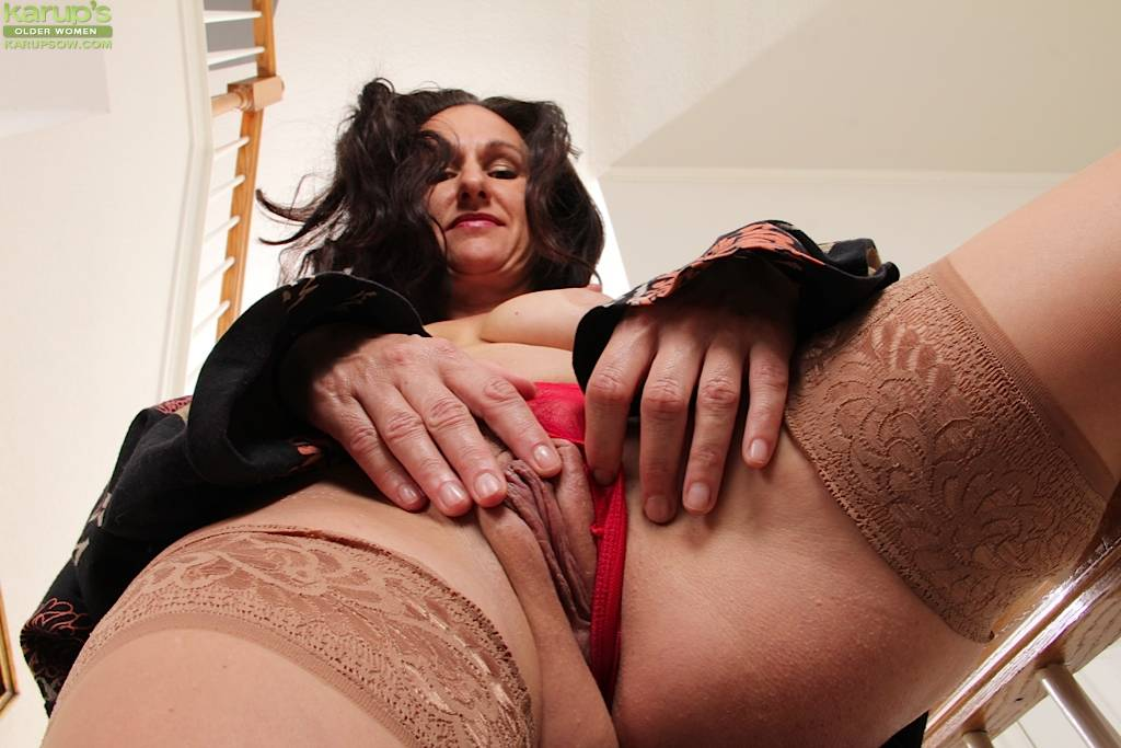 Horny Housewife Genevieve Crest Exposes Meaty Pussy Lips At Karupsow