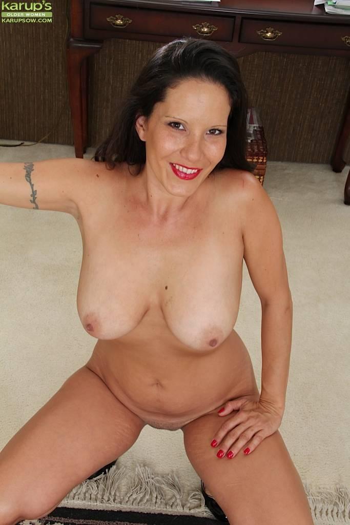 Desire Delgoto Exposes Her Big Natural Mature Tits At Karupsow