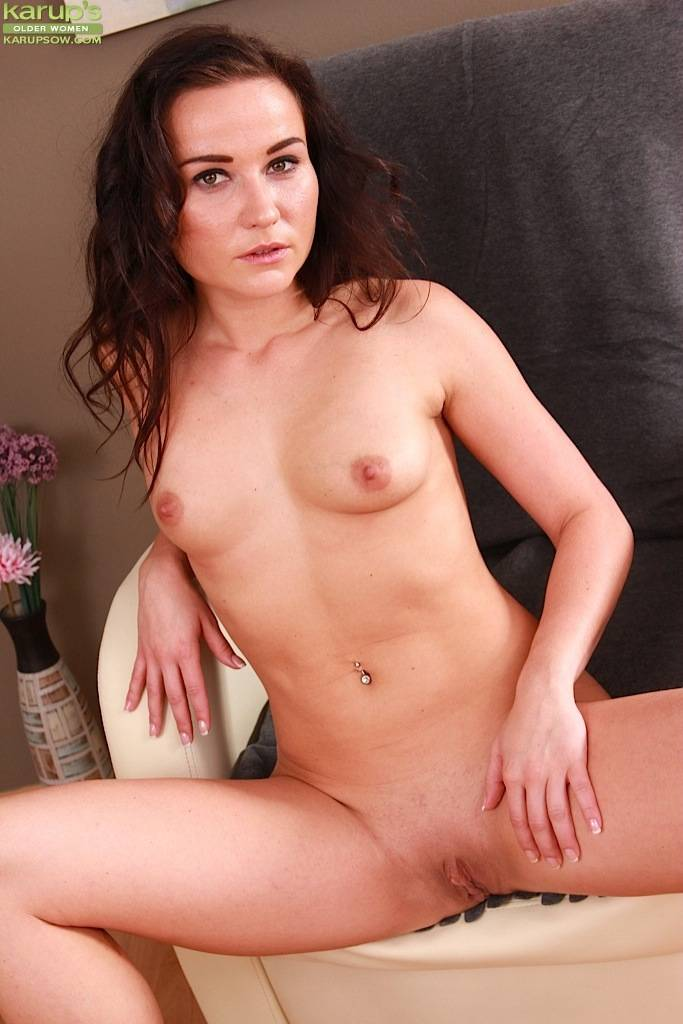 Brunette MILF Niki Sweet playing with her shaved pussy at Karupsow