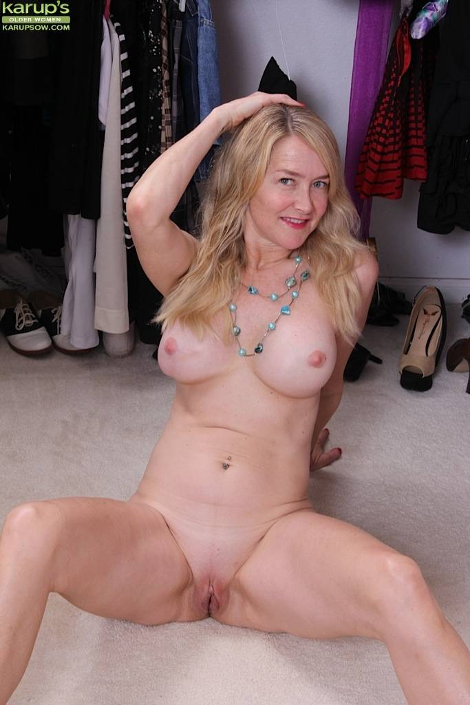 Busty mature amateur Eva Griffin naked in closet at Karupsow