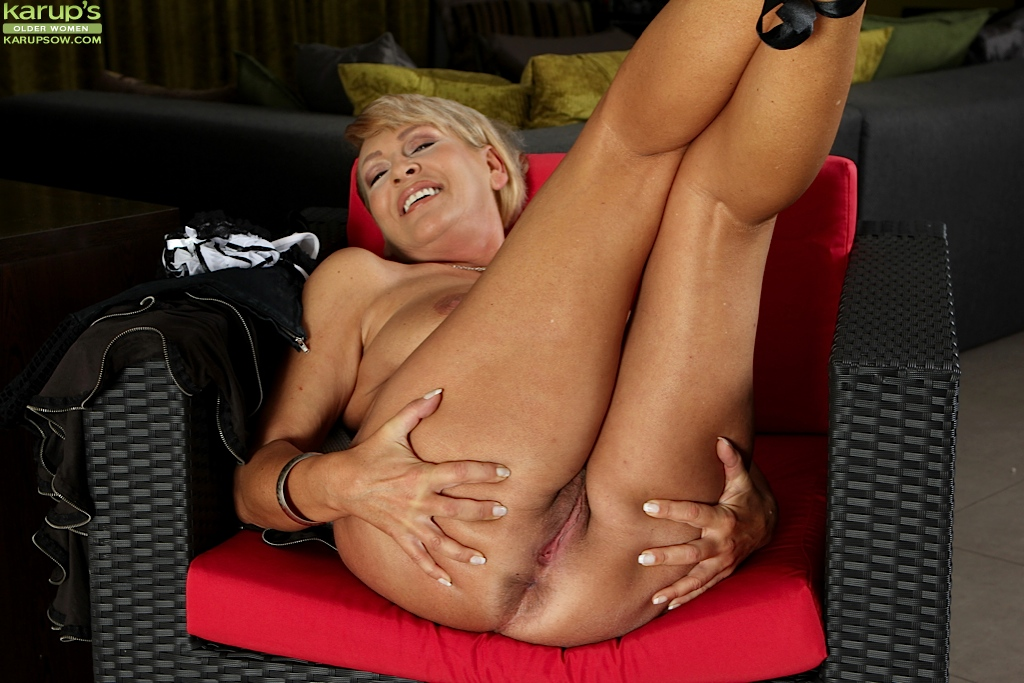 Busty Wife Andrea Spreads Her Older Pussy Wide At Karupsow