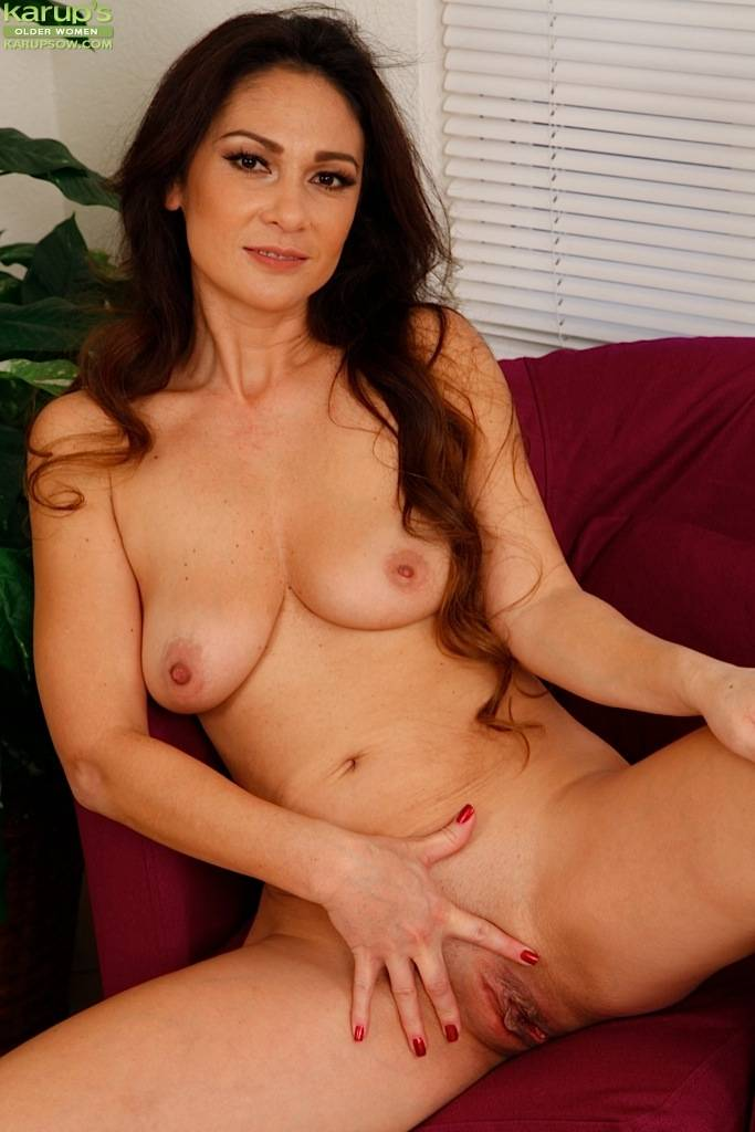 Sexy Mature Babe Jessica Torres Fingering Pussy At Karupsow