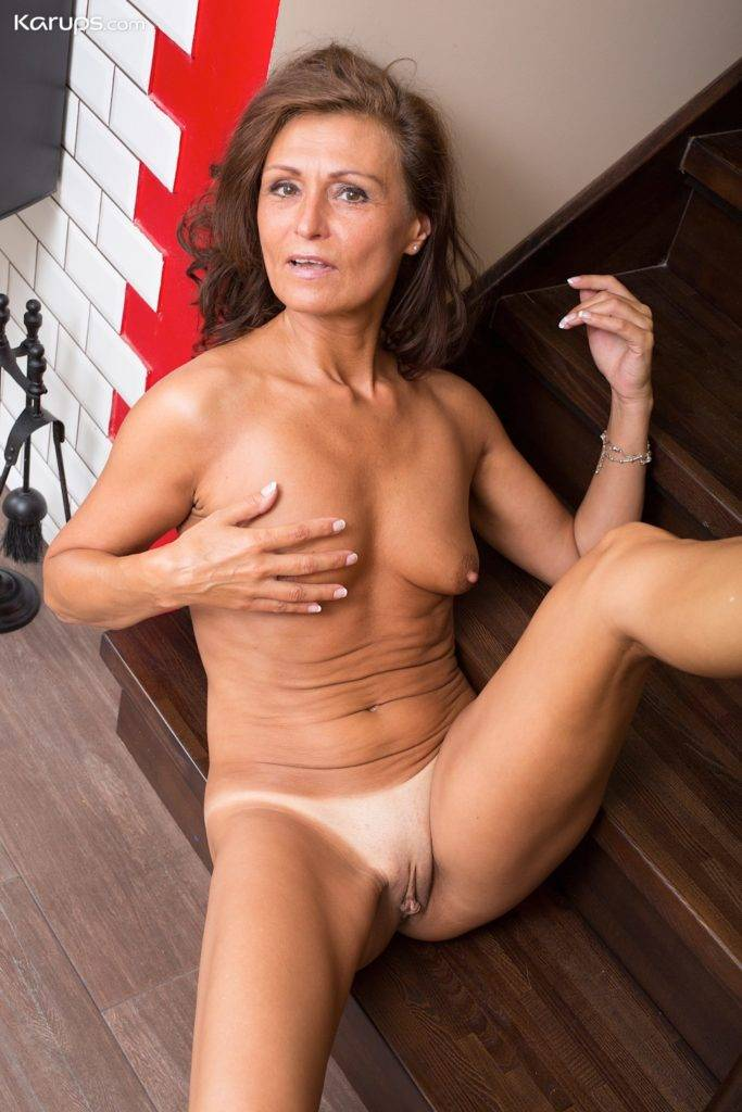 Naughty Milf Drugaya Exposes Her Tanlined Pussy At Karupsow