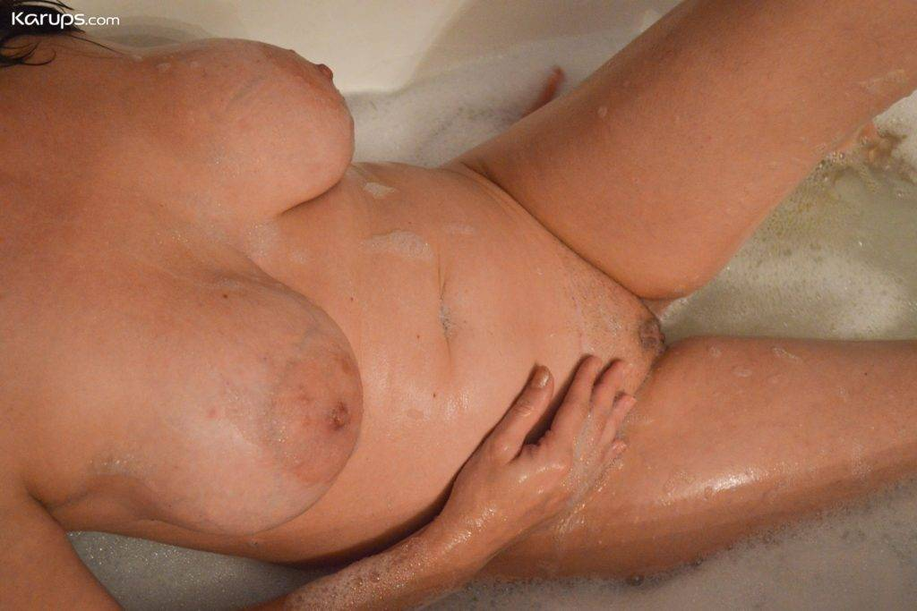 Big Breasted Mature Amateur Candace Takes A Bath At Karupsow