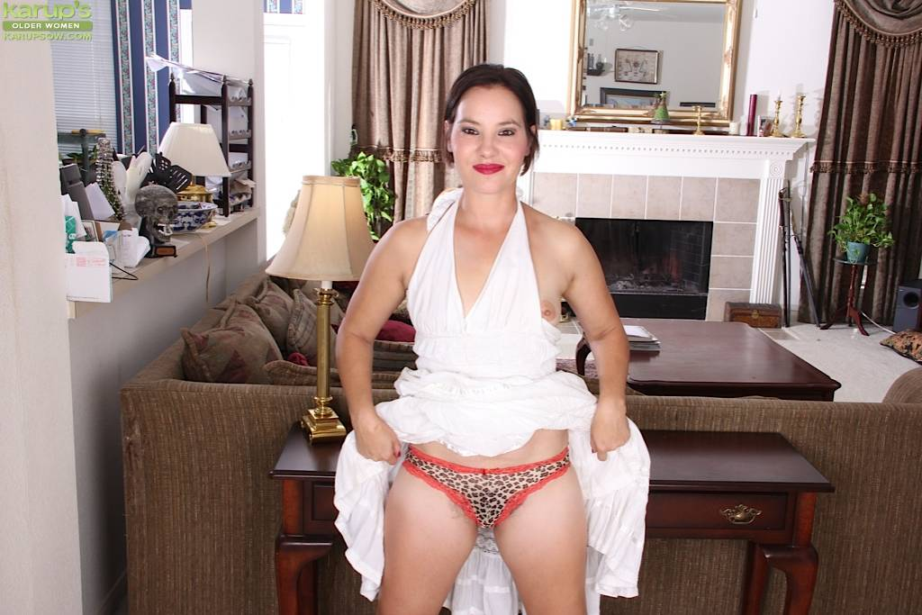 Older Babe Sharee Jones Spreads Her Hairy Pussy At Karupsow