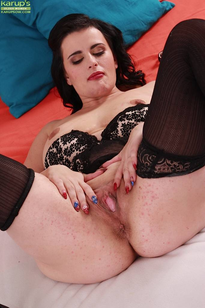 Thick Housewife Elle Black Toying Her Mature Pussy At Karupsow