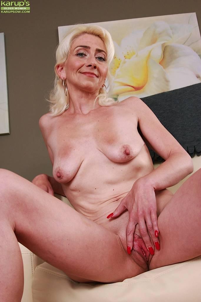 Older Mature Babe Janotova Exposes Shaved Pussy At Karupsow