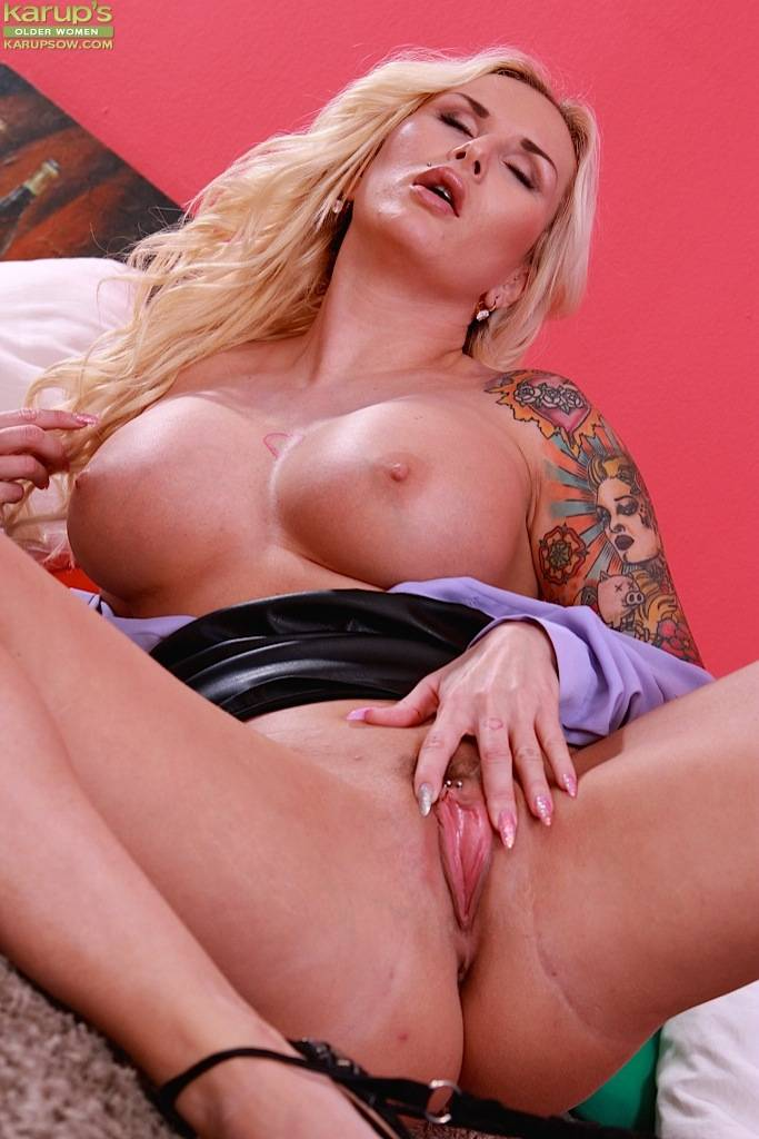 Busty Tattooed Cougar Jizella Ross Masturbates At Karupsow