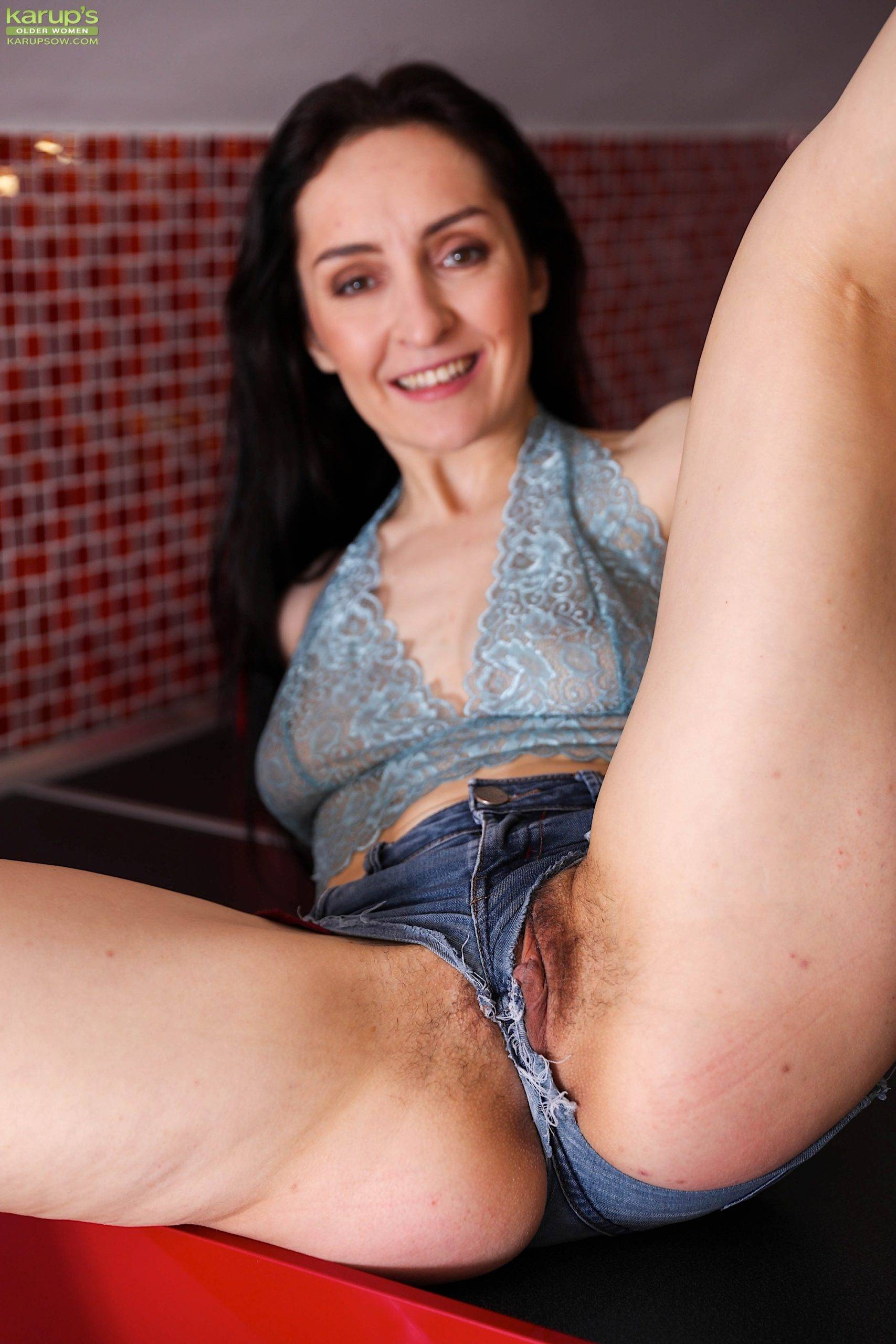 Sexy wife Di Devi exposes her beautiful hairy pussy at Karupsow
