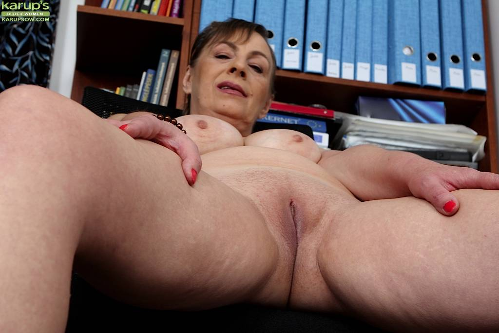 Mature Wife Sandra Green Spreads Older Pussy Lips At Karupsow