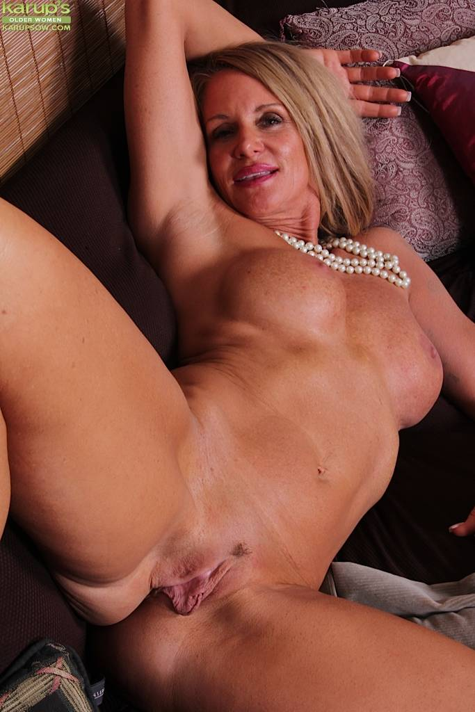Older cougar Mason Vonne spreads her roast beef lips at Karupsow