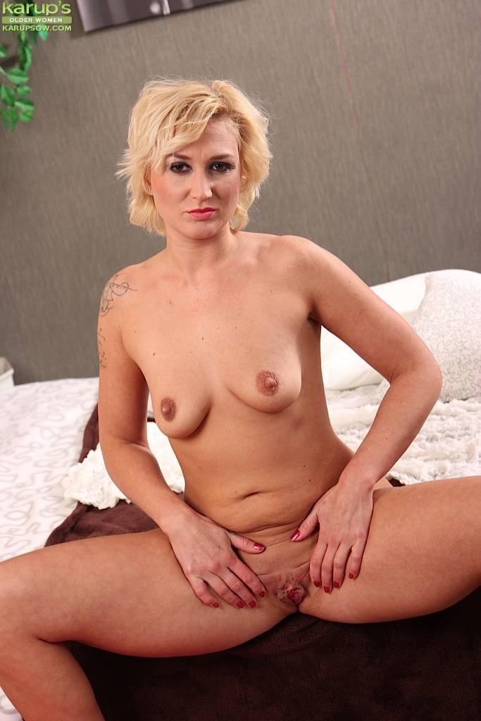 Tattooed MILF Lenny masturbates her tight pussy at Karupsow