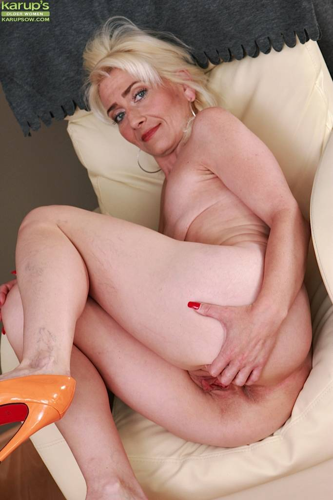 Older mature babe Janotova exposes shaved pussy at Karupsow