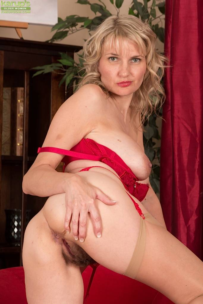 Elegant Mature Babe Roxy Jay Spreads Hairy Pussy At Karupsow