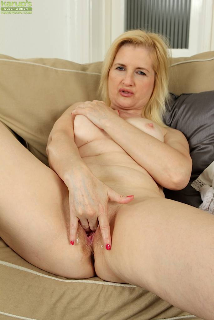 Horny mature amateur Kim Brosley fingers twat at Karupsow