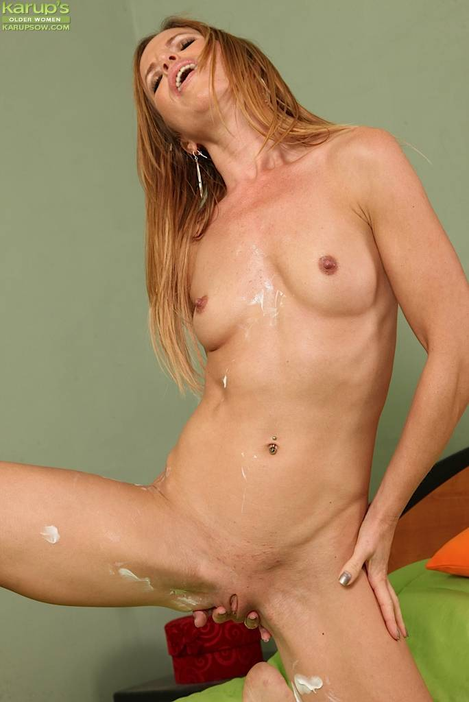 Stunning Carly Bell Rubs Lotion All Over Her Older Body At Karupsow