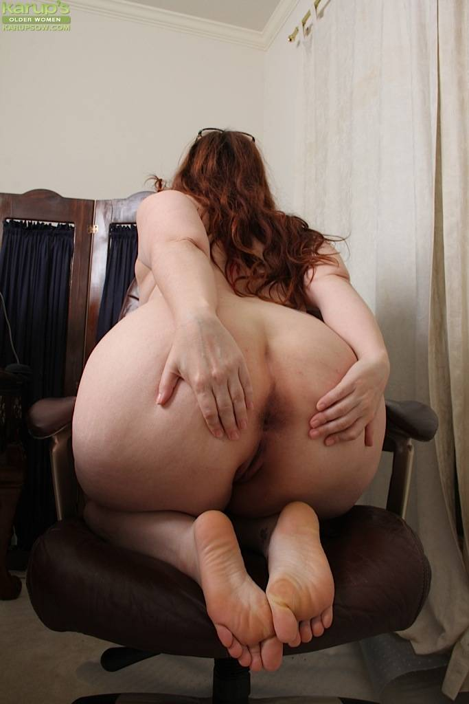 Thick Mature Amateur Ember Rayne Spreads Her Thick Ass At Karupsow