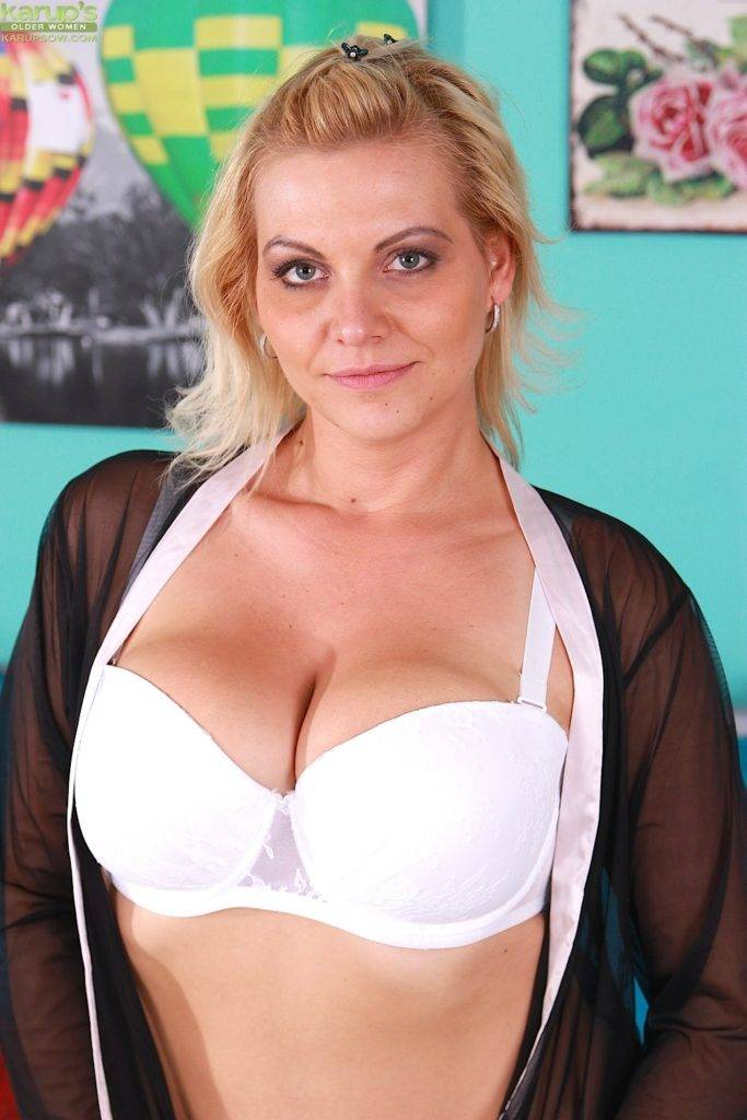 Busty Mature Babe Vicky Links Riding Her Big Black Dildo At Karupsow