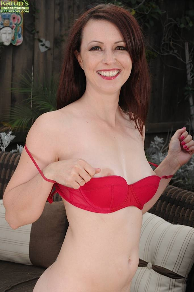 Milf Redhead Violet Rose Naked In The Backyard At Karupsow