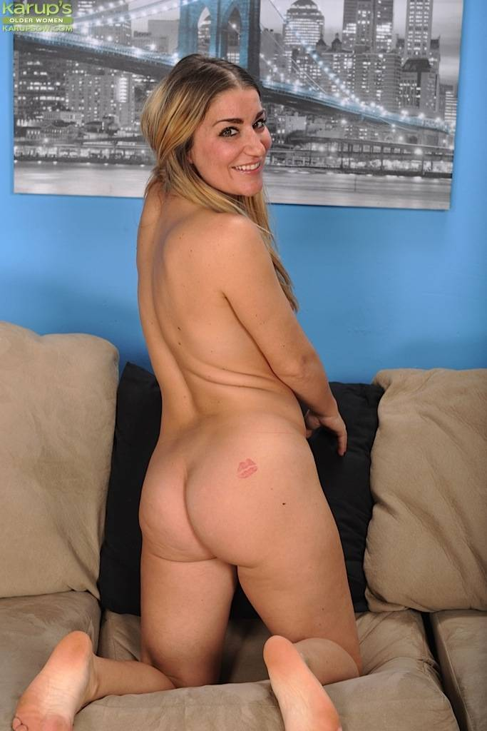 Gorgeous Milf Penelope Mcdowd Spreads Her Pussy At Karupsow