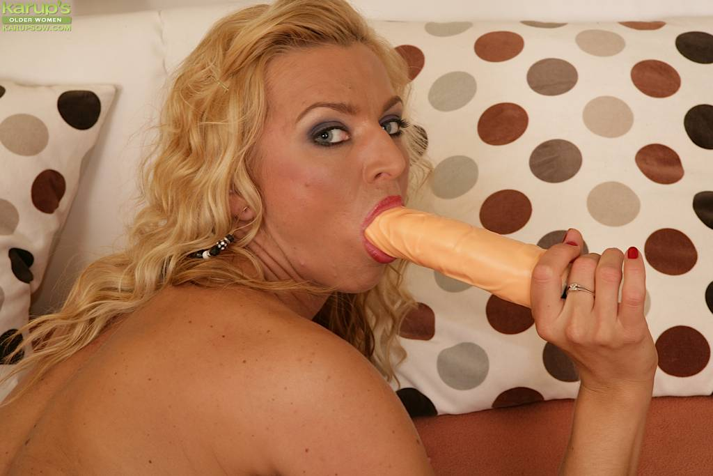Horny Cougar Sophia Magic Stuffs Pussy With Dildo At Karupsow
