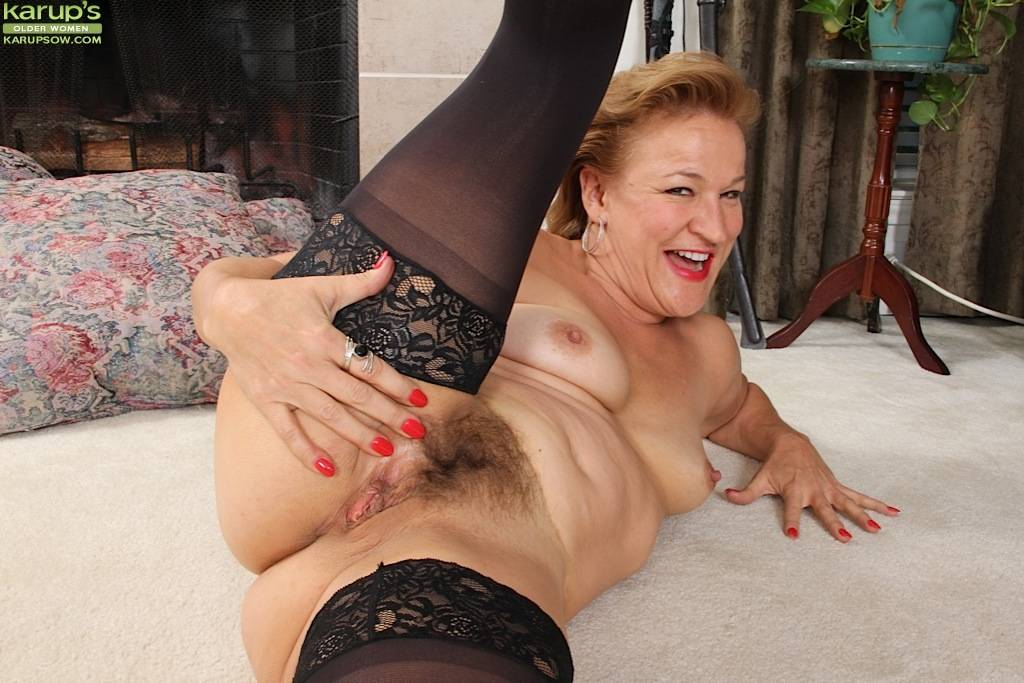 Mature babe Sabina Wexler spreads her hairy older pussy at Karupsow