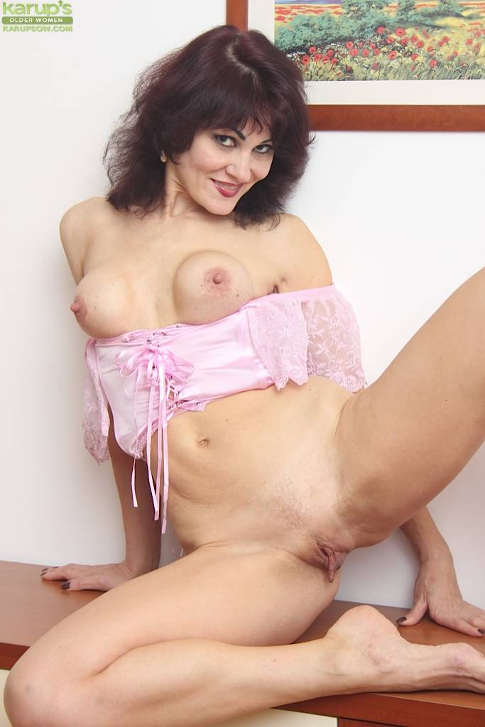 Mature Cougar Melisa Rubbing Her Round Fake Tits At Karupsow