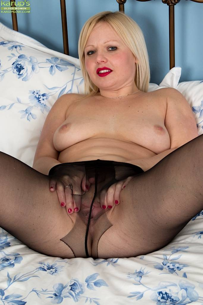 Horny blonde Sophie May spreads her mature pussy at Karupsow