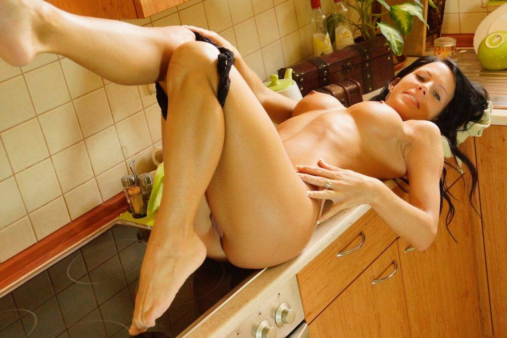 Mature Amateur Babe Staffy Spreads Her Pussy In The Kitchen At Karupsow