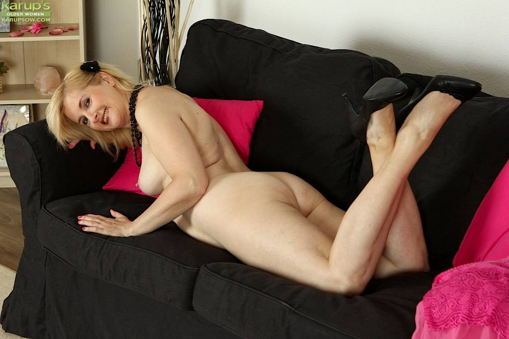 Older Amateur Kim Brosley Strips Butt Ass Naked At Karupsow