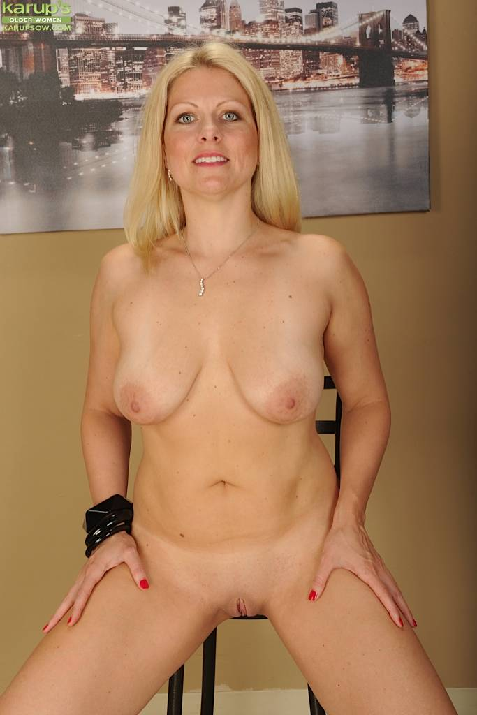 Busty Mature Babe Zoey Tyler Licks Her Big Natural Tits At Karupsow