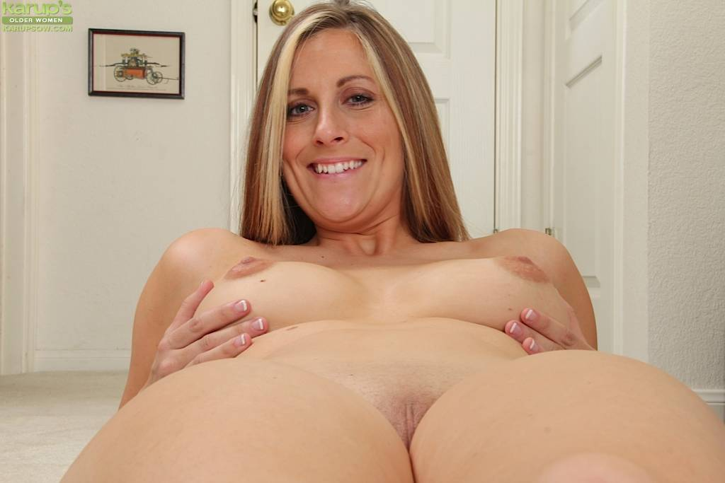 Busty Wife Kate Lynn Rubbing Her Smooth Pussy At Karupsow