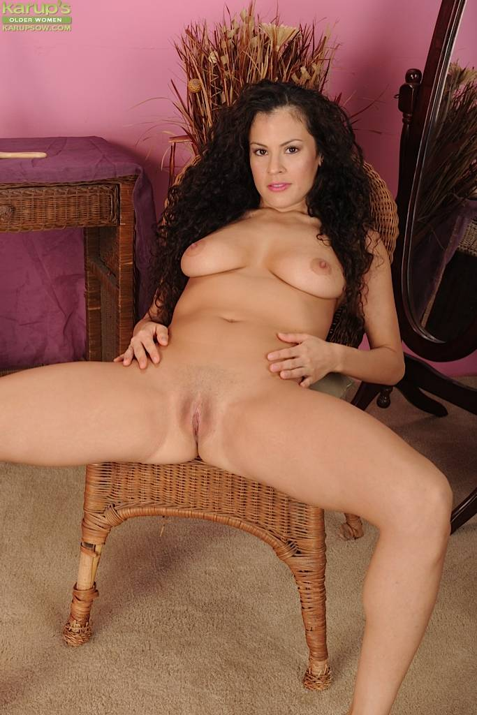 Curly haired MILF Alejandra spreading her twat at Karupsow
