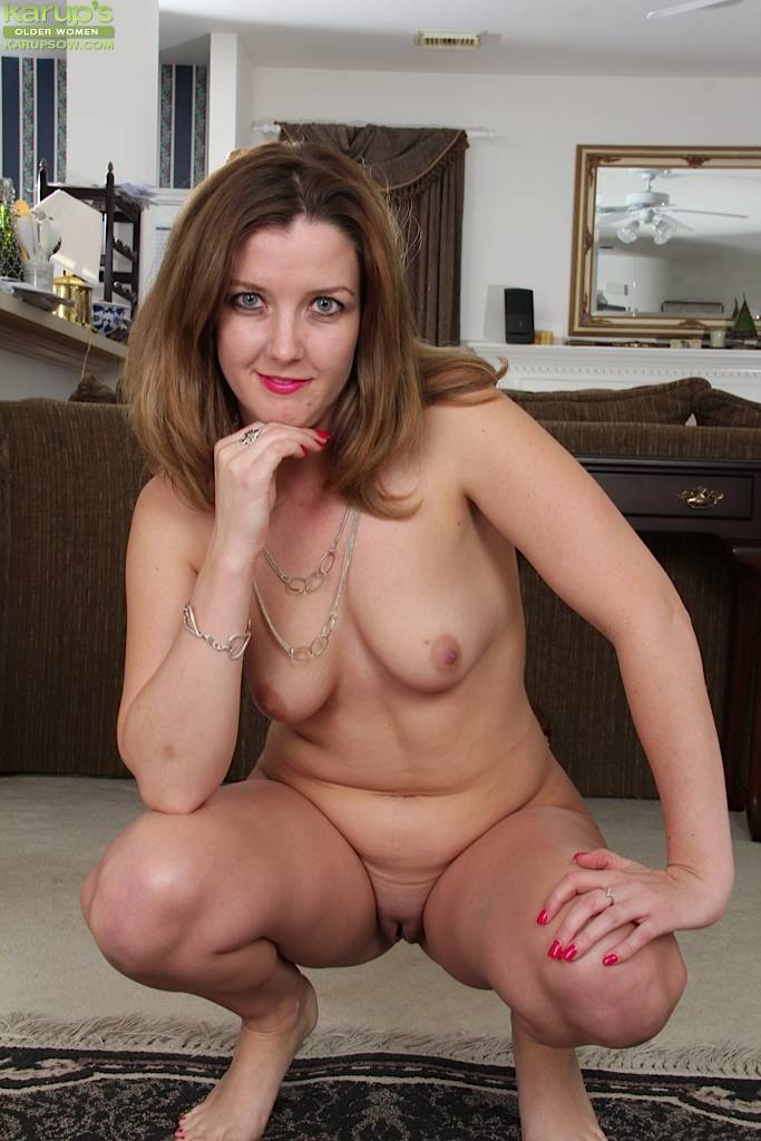 Gorgeous wife Deliliah Stevenson spreads her pussy at Karupsow