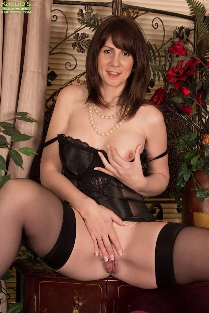 Curvy mature babe Toni Lace strips out of her black lingerie at Karupsow