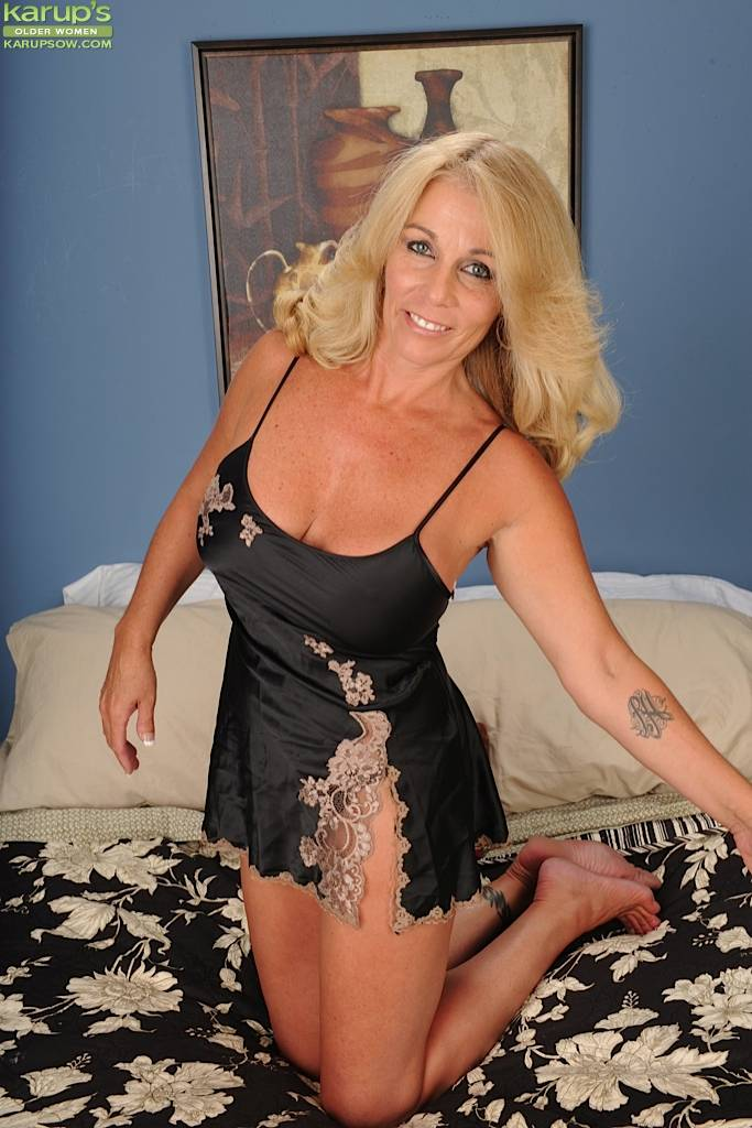 Blonde Cougar Crystal Taylor Dildos Her Older Pussy At Karupsow
