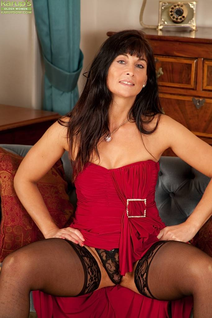 Gorgeous Cougar Lelani Tizzie Naked In Stockings. At Karupsow