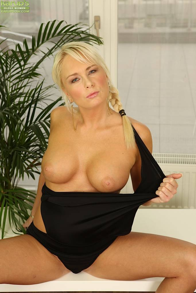 Busty Blonde Cougar Chloe Deluxe Spreads Her Pussy At Karupsow