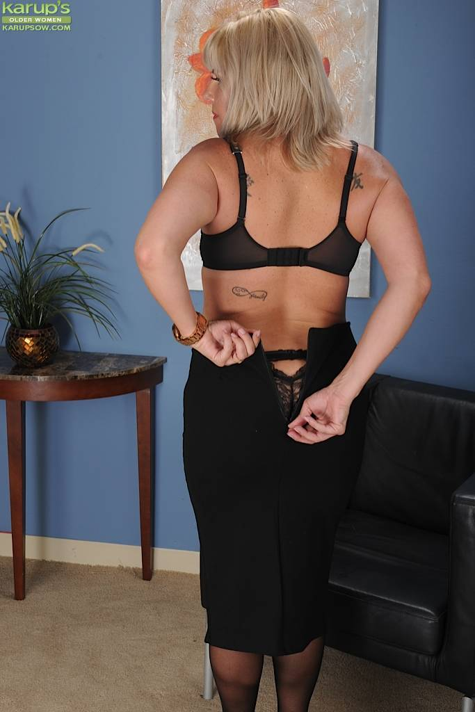 Curvy Wife Kayla Spreads Her Beautiful Ass Cheeks At Karupsow