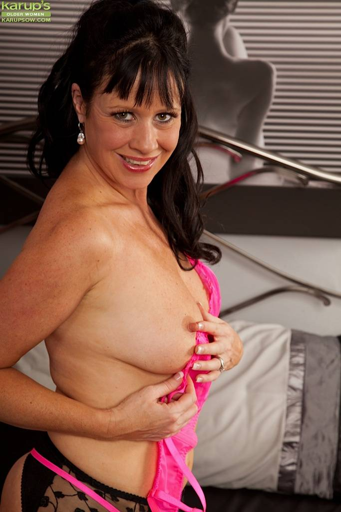 Stunning Cougar Elise Summers Dildos Her Older Pussy At Karupsow