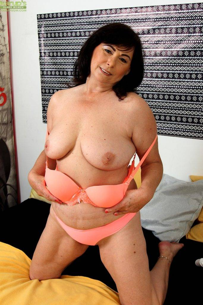 Busty Mature Amateur Kata Fingers Her Older Pussy. At Karupsow