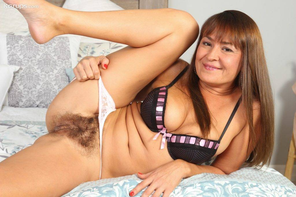 Older Porn Babe Elexis Monroe Gives Closeup Of Her Hairy Bush At Karupsow