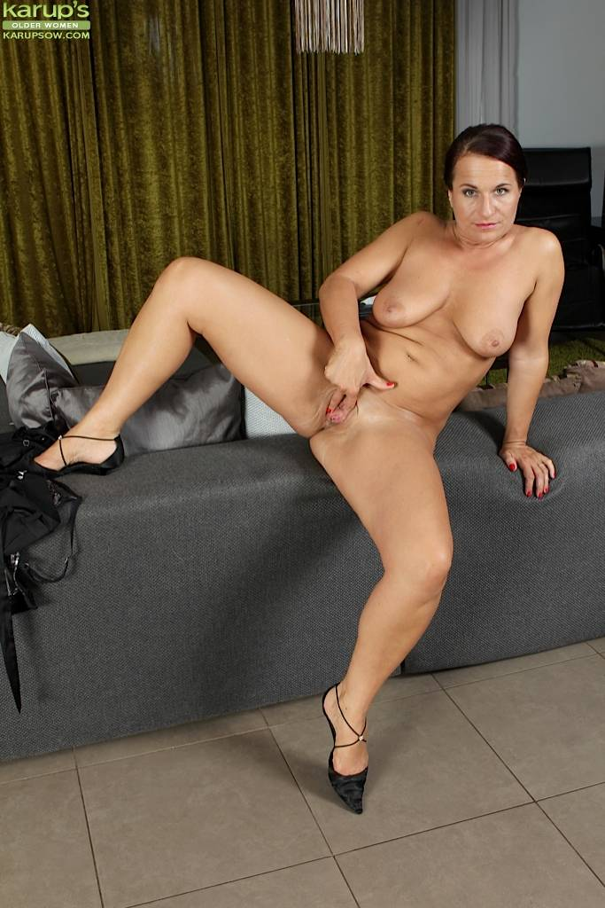 Busty Cougar Katherine Ross Two Fingers Deep In Herself At Karupsow