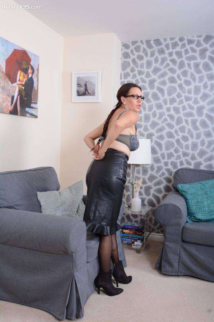Mature Amateur Annabelle Moore Toys Pussy While Wearing Only Stockings At Karupsow