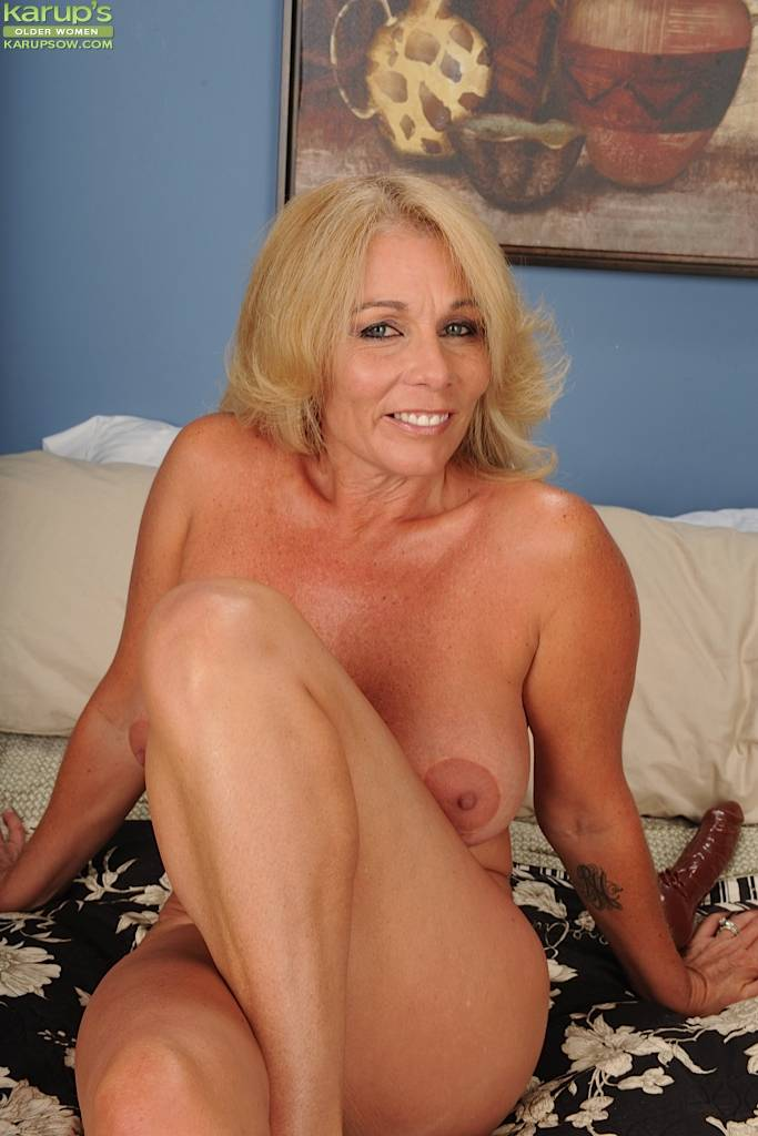 Blonde cougar Crystal Taylor dildos her older pussy at Karupsow