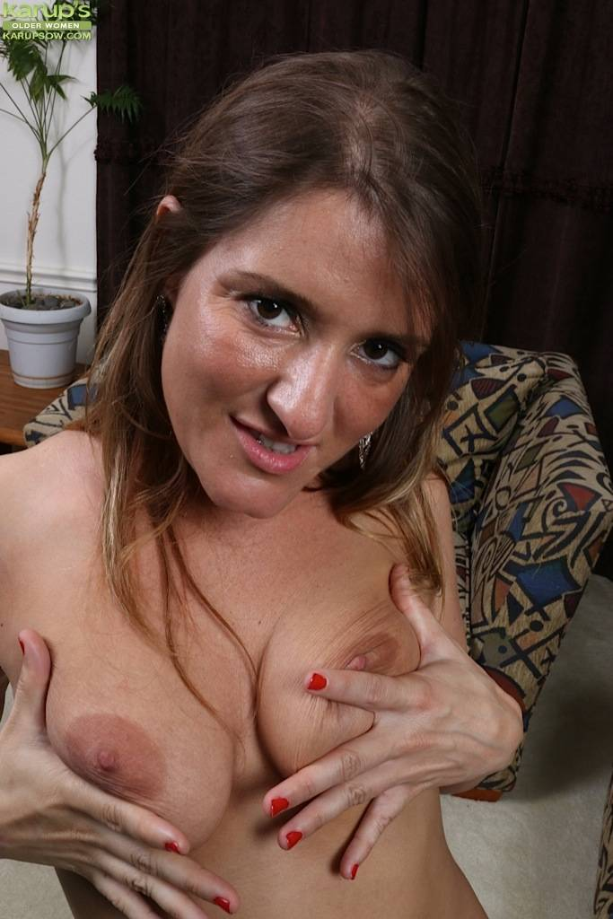 Mature Amateur Chase Cunningham Spreads Horny Pussy At Karupsow