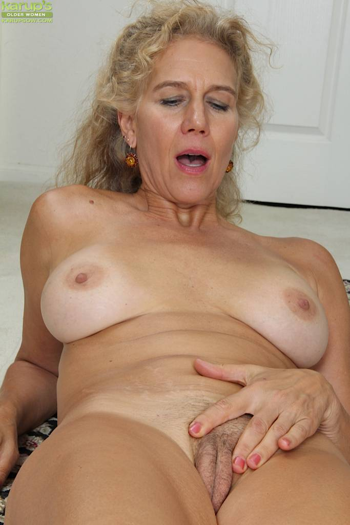 Mature amateur Cally Jo exposes her older hairy pussy at Karupsow
