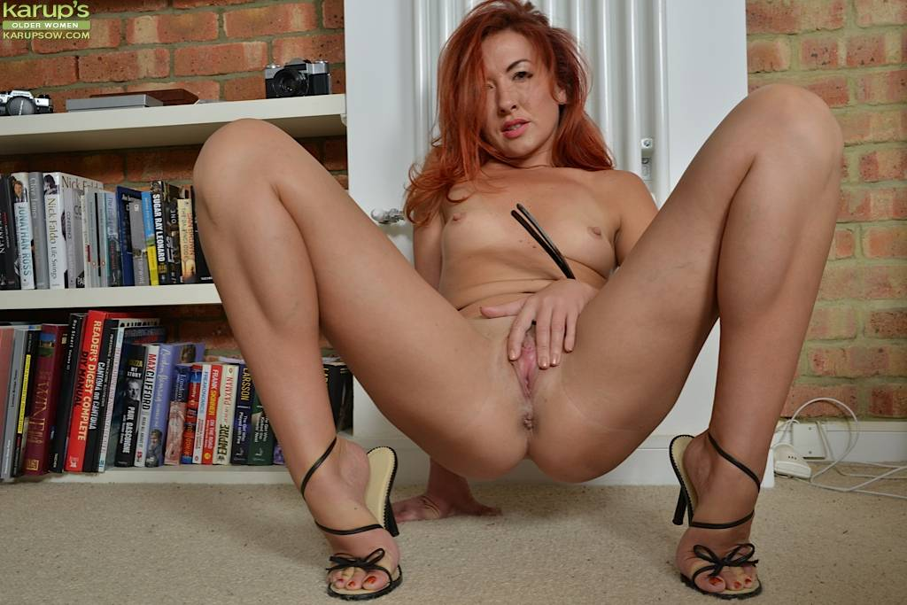 Slutty MILF Jazz butt naked in her black high heels at Karupsow